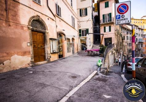 Yarn bombing Perugia - L'arte di arredare la città con pezzi di stoffe e lana.