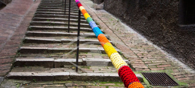 Yarn bombing Perugia - The art of decorating the city with pieces of cloth and wool.